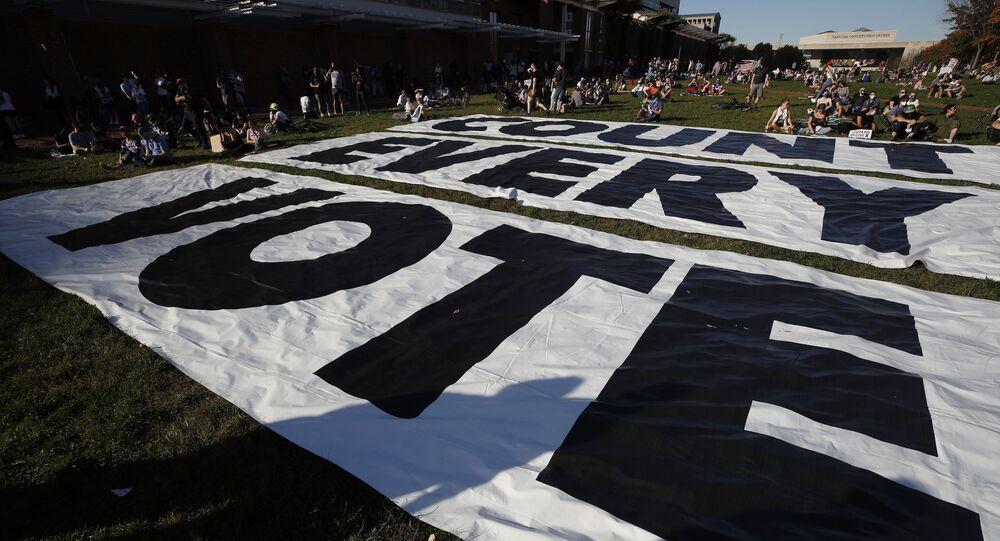 Transparent s nápisem Spočítejte každý hlas ve Filadelfii poté, co demokrat Joe Biden porazil prezidenta Donalda Trumpa a stal se 46.prezidentem Spojených států