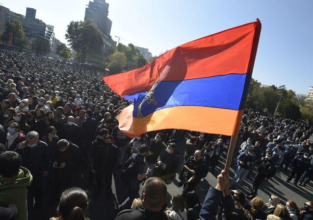 Účastníci protestu v Jerevanu
