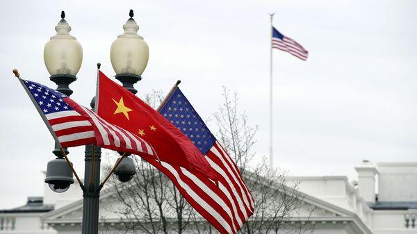 Vlajky před Bílým domem. Ilustrační foto - Sputnik Česká republika