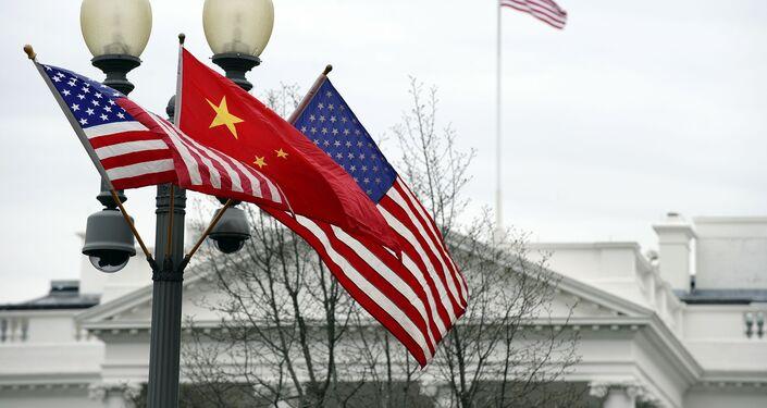 Vlajky před Bílým domem. Ilustrační foto