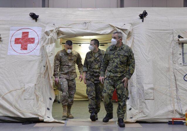 Američtí vojenští zdravotníci v polní nemocnici