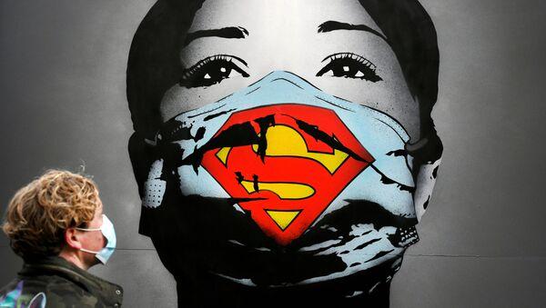 Graffiti zobrazující dívku v roušce v Amsterdamu - Sputnik Česká republika