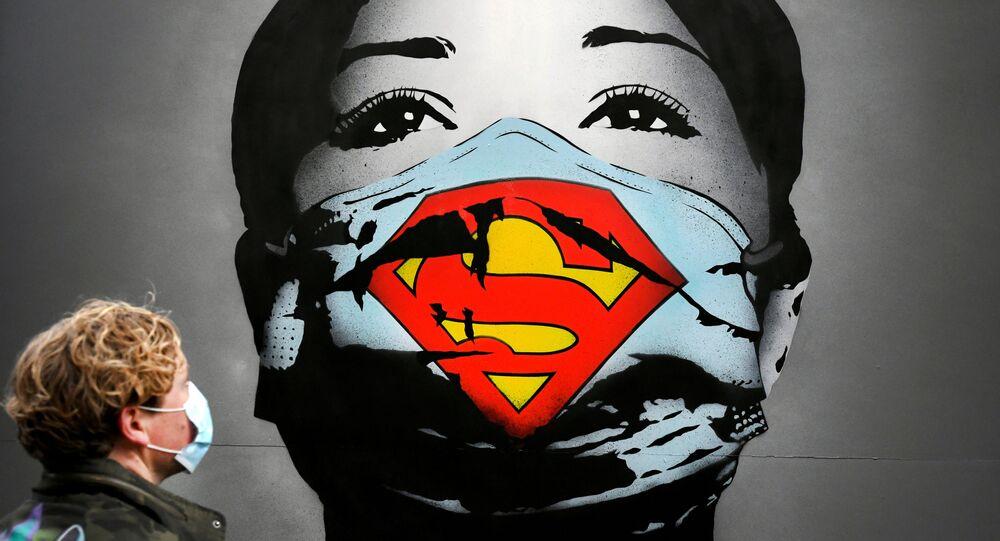 Graffiti zobrazující dívku v roušce v Amsterdamu