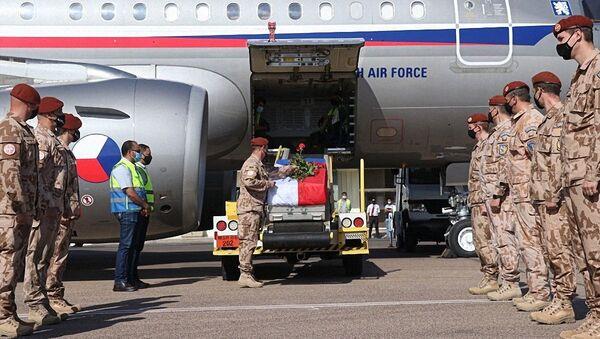 Přílet vojenského letadla s tělem kapitánky Michaely Tichy na letišti ve Kbelích - Sputnik Česká republika