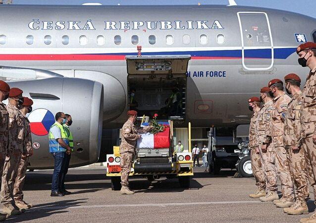 Přílet vojenského letadla s tělem kapitánky Michaely Tichy na letišti ve Kbelích