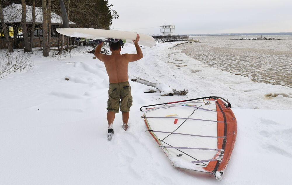 Ruský windsurfař Alexandr Orlov uzavírá koupací sezónu na Obském moři v Novosibirsku