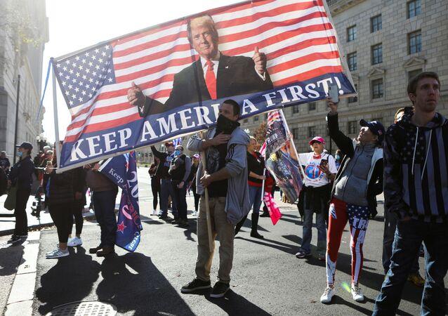 Lidé podporují Trumpa ve Washingtonu