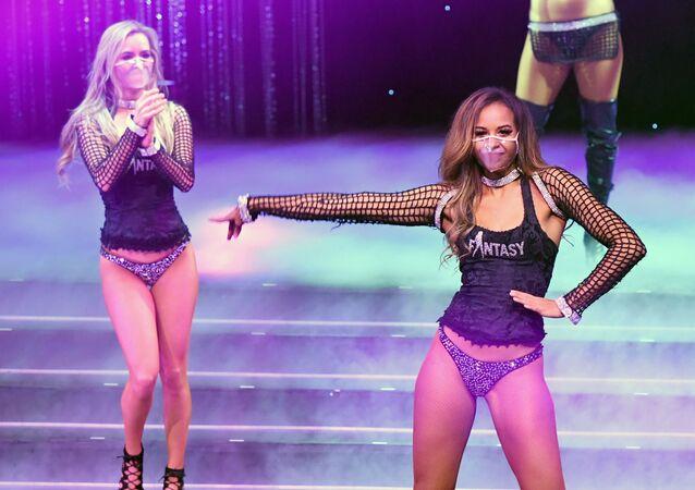 Tanečníci během Fantasy show v Kasinu Luxor v Las Vegas
