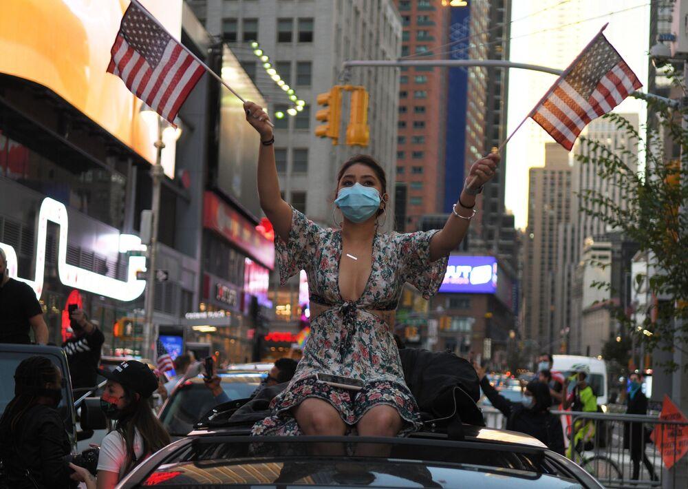 Dívka na ulici v New Yorku po zprávě o vítězství v amerických prezidentských volbách demokratického kandidáta Josepha Bidena