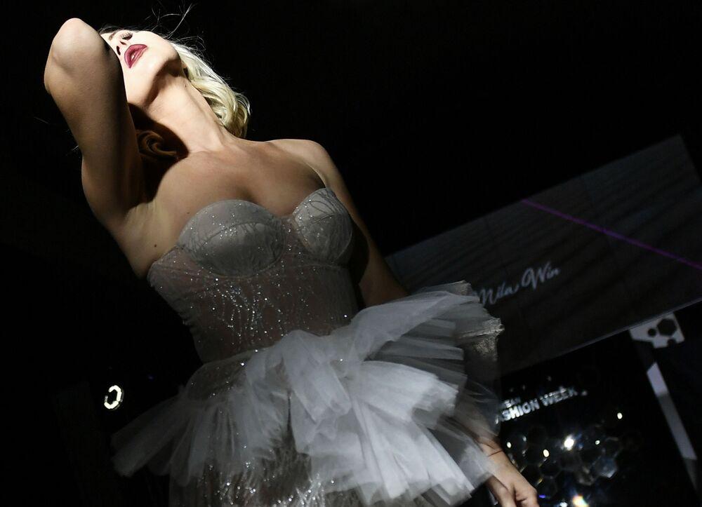Modelka předvádí oblečení značky Mila Win v rámci Krymského týdne módy v hotelu Palmira Palace