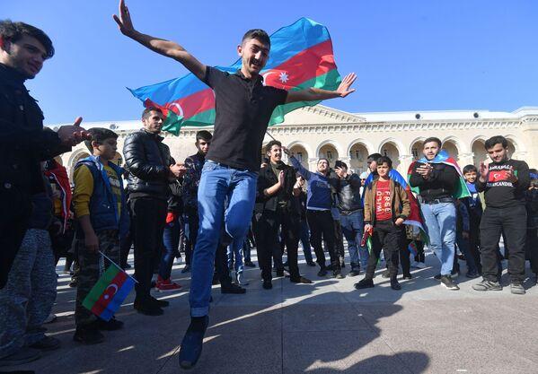 Lidé se radují z příměří v Náhorním Karabachu - Sputnik Česká republika