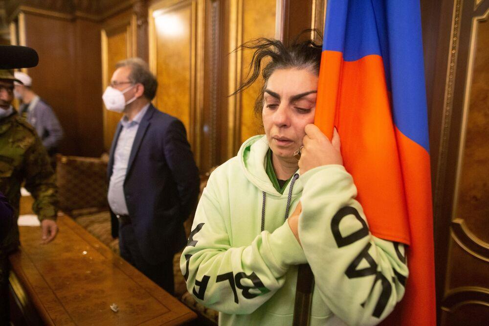 Demonstranti v jedné z hal ve vládní budově v Jerevanu