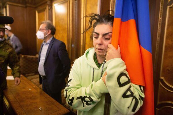 Demonstranti v jedné z hal ve vládní budově v Jerevanu - Sputnik Česká republika