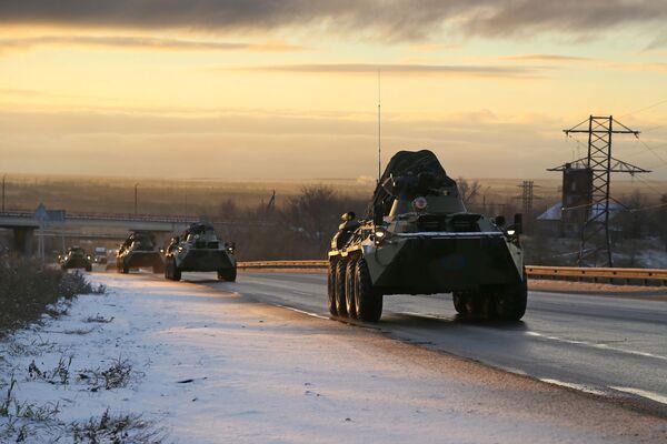 Konvoj vojenského vybavení ruských mírových sil kolem Samary na cestě do Náhorního Karabachu - Sputnik Česká republika