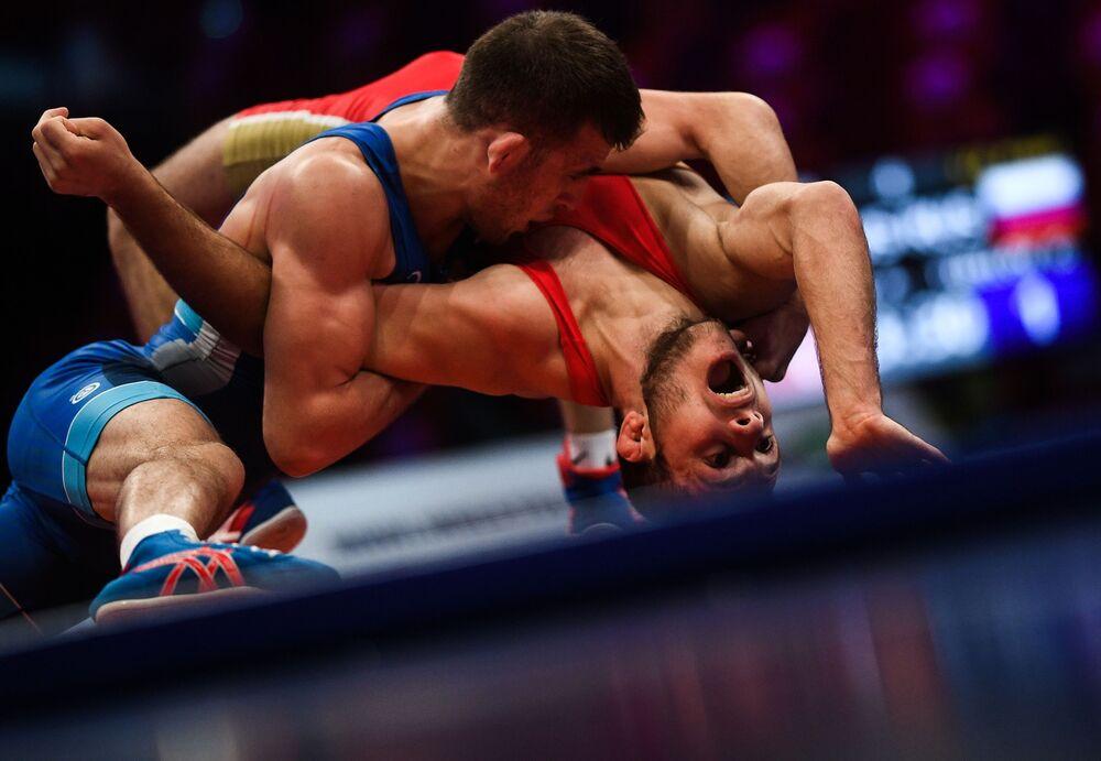 Anzor Karagulov a Georgi Tibilov během řecko-římské zápasnické soutěže Grand Prix Moskvy 2020