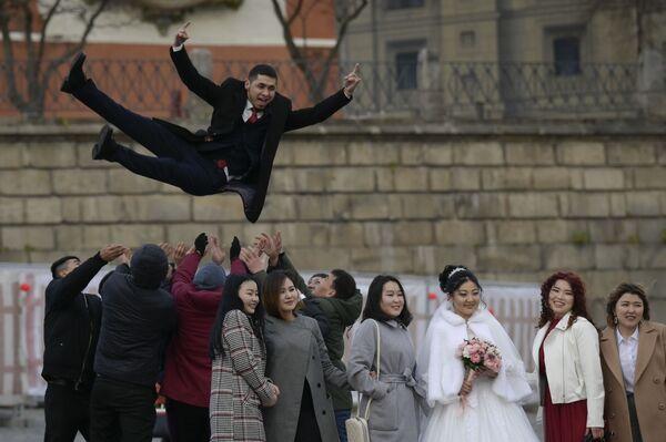 Novomanželé slaví svatbu a Rudém náměstí v Moskvě - Sputnik Česká republika