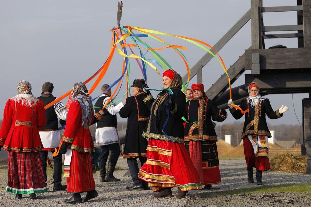 Účastníci akce věnované otevření historického a kulturního komplexu Slobodská Ukrajina v Bělgorodské oblasti