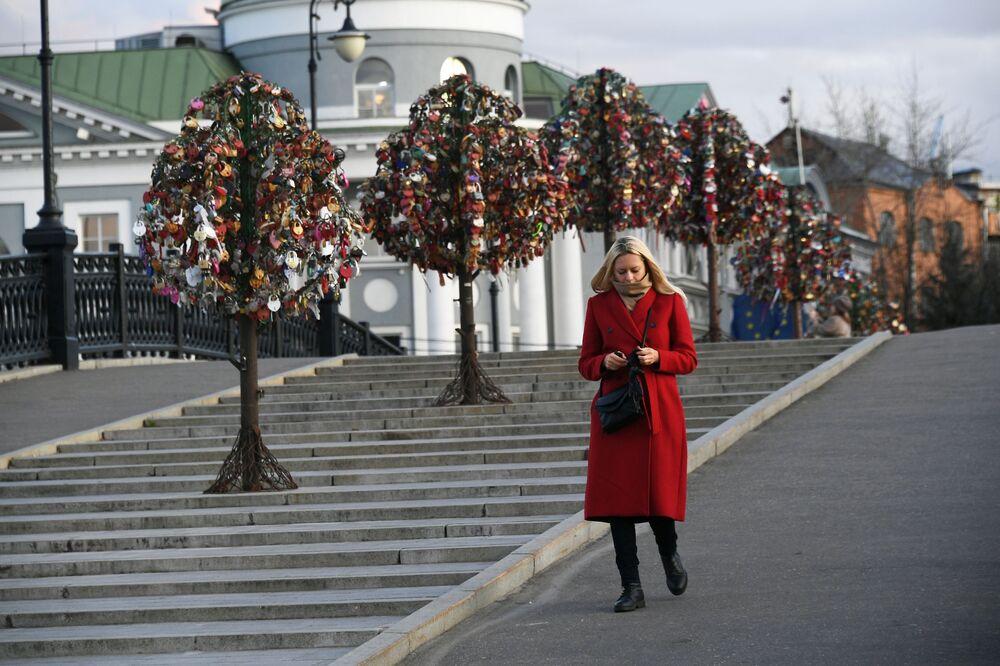 Dívka na Lužkovském mostě v Moskvě