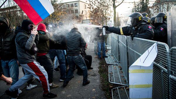Policie a demonstranti v Bratislavě - Sputnik Česká republika
