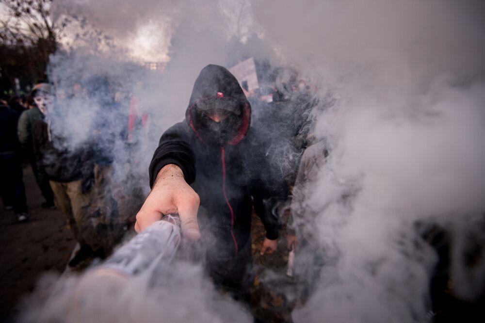 Muž s ohněm na protestech v Bratislavě