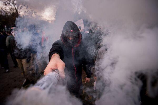 Muž s ohněm na protestech v Bratislavě - Sputnik Česká republika