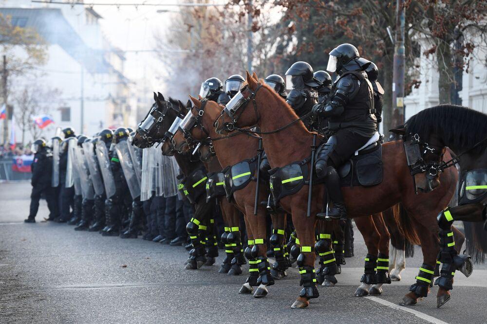 Policie na protestech v Bratislavě