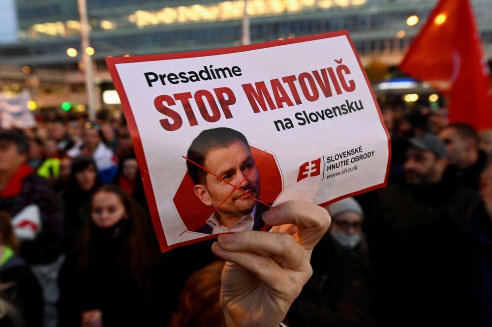 Demonstrant drží plakát s fotografií premiéra Igora Matoviče během protestu proti vládním restrikcím v Bratislavě