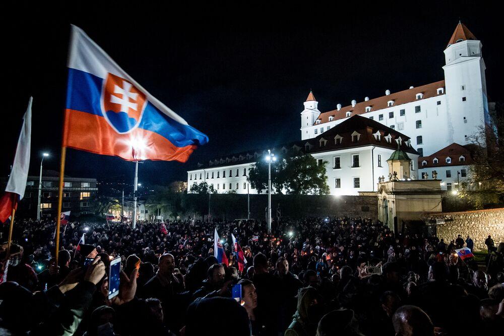 Protest proti vládním opatřením proti koronaviru před Národní radou v Bratislavě