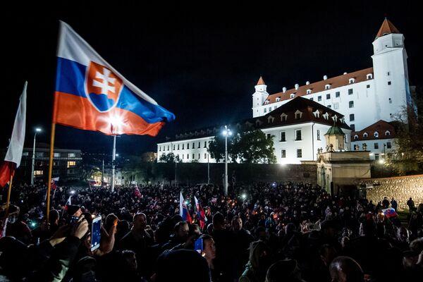Protest proti vládním opatřením proti koronaviru před Národní radou v Bratislavě - Sputnik Česká republika