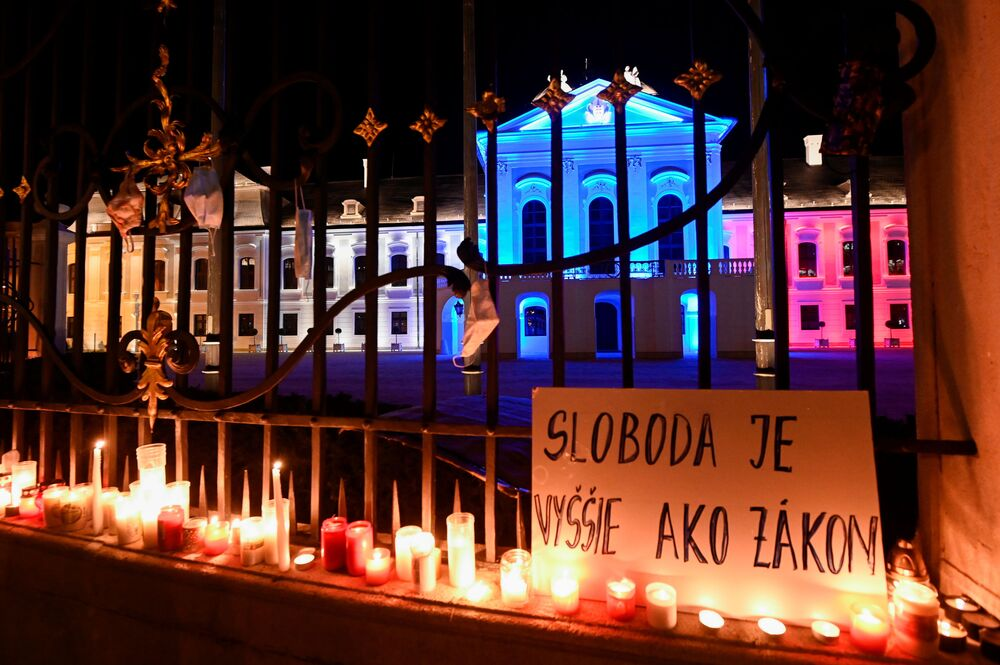 Transparent s nápisem Svoboda je více než zákon během protestu proti vládním opatřením proti koronaviru před Prezidentským palácem v Bratislavě
