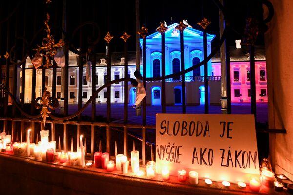 Transparent s nápisem Svoboda je více než zákon během protestu proti vládním opatřením proti koronaviru před Prezidentským palácem v Bratislavě - Sputnik Česká republika