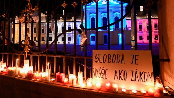 """Plakát s nápisem """"Svoboda je více než zákon"""" během protestu proti vládním opatřením proti koronaviru před prezidentským palácem v Bratislavě na Slovensku - Sputnik Česká republika"""