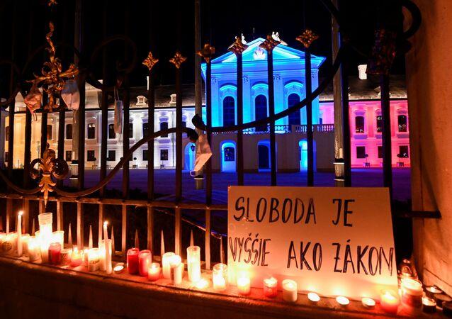 """Plakát s nápisem """"Svoboda je více než zákon"""" během protestu proti vládním opatřením proti koronaviru před prezidentským palácem v Bratislavě na Slovensku"""