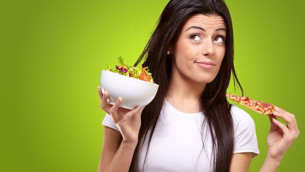 Dívka drží kousek pizzy a salát - Sputnik Česká republika
