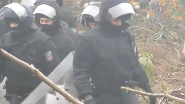 Němečtí policisté sundávají ekoaktivisty ze stromů v Dannenrodském lese  - Sputnik Česká republika