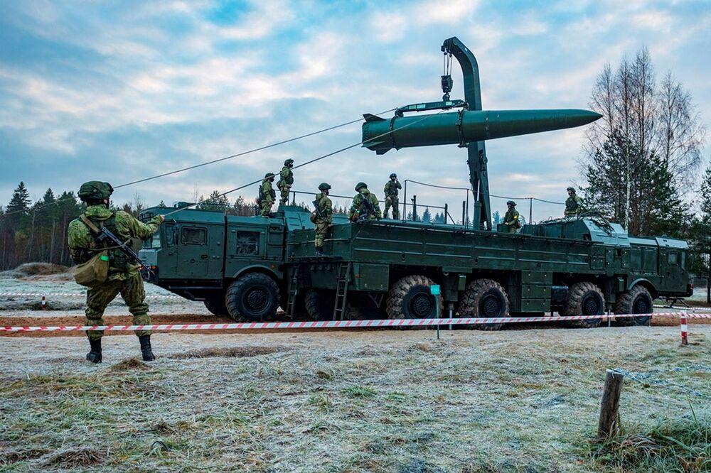 Ukázkové cvičení na střelnici v Chabarovském kraji v Den raketových vojsk a dělostřelectva