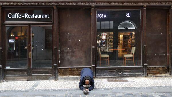 Muž žebrá před zavřenou restaurací v Praze - Sputnik Česká republika