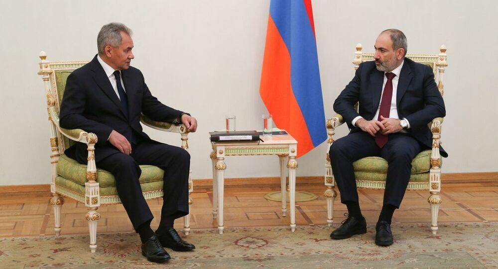 Ruský ministr obrany Sergej Šojgu na schůzce s arménským premiérem Nikolem Pašinjanem