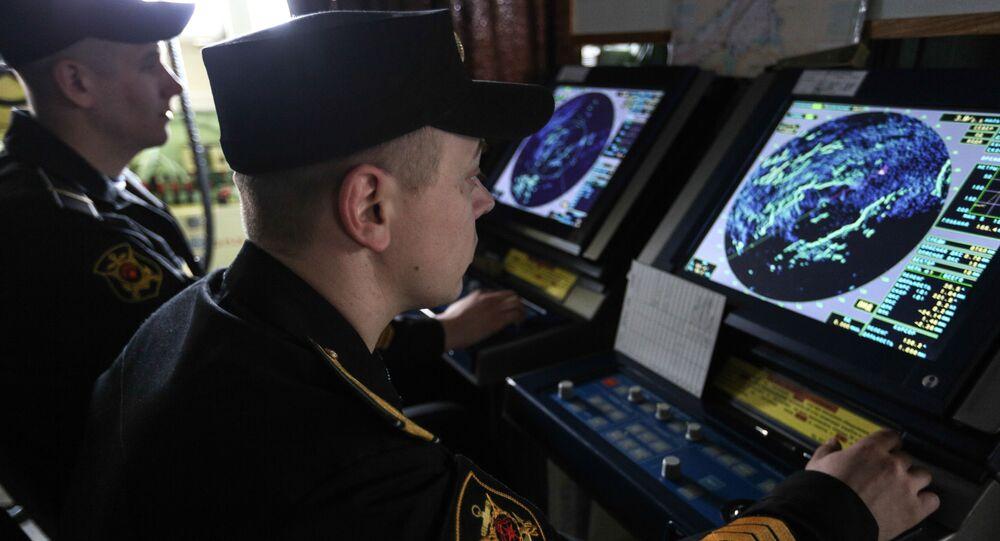 Námořníci sledují radar na ruském raketovém křižníku Maršal Ustinov
