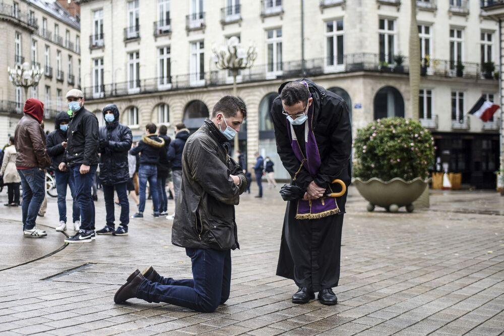 Antikoronavirové protesty a dech blížící se zimy: co svět zažil tento týden