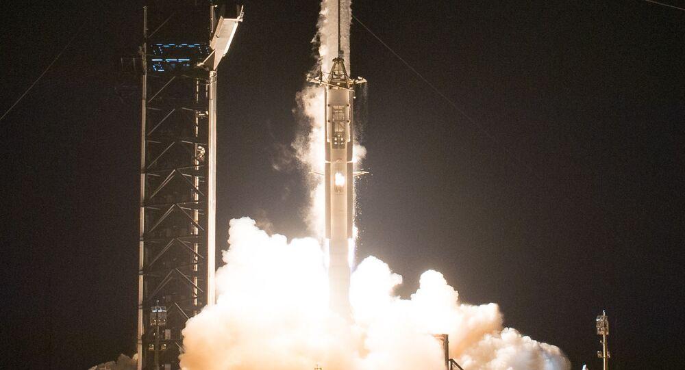 Start rakety Falcon s lodí Crew Dragon k ISS. Ilustrační foto