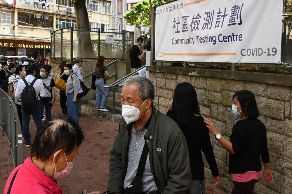 Lidé poblíž odběrného centra v Hongkongu.