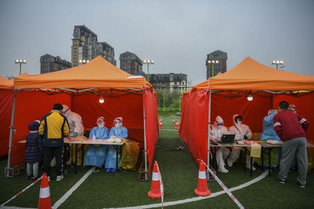 Lidé se testují na covid-19 ve městě Tchien-ťin.