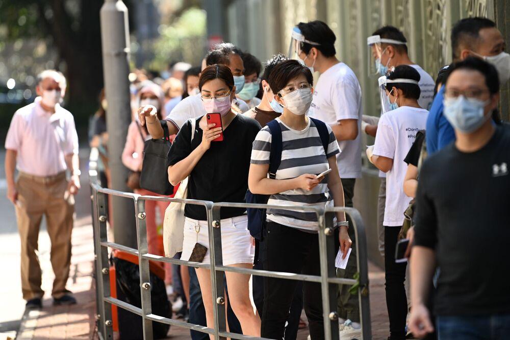 Lidé ve frontě na testování v Hongkongu.