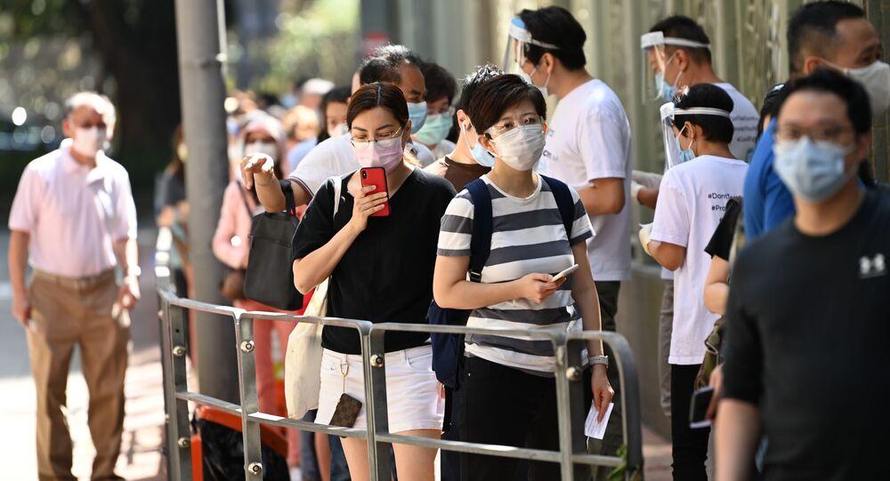 Lidé ve frontě na testování v Hongkongu