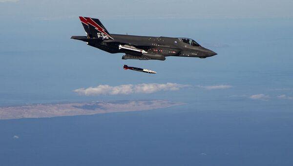 USA nad Nevadskou pouští testovaly schopnosti F-35 nadzvukových jaderných útoků - Sputnik Česká republika
