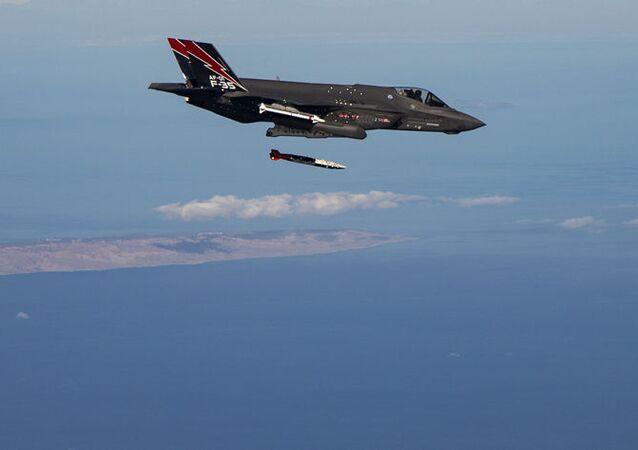 USA nad Nevadskou pouští testovaly schopnosti F-35 nadzvukových jaderných útoků