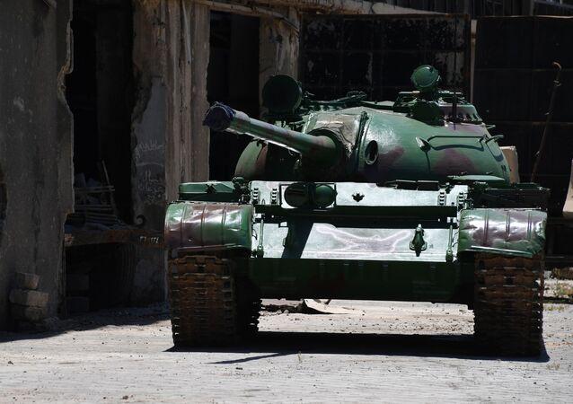 Obnovený tank T-55 na území závodu obrněné techniky v Damašku
