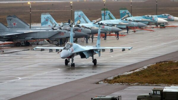 Дневные учебно-тренировочные полеты Су-35 и МиГ-31 ЗВО в Тверской области - Sputnik Česká republika