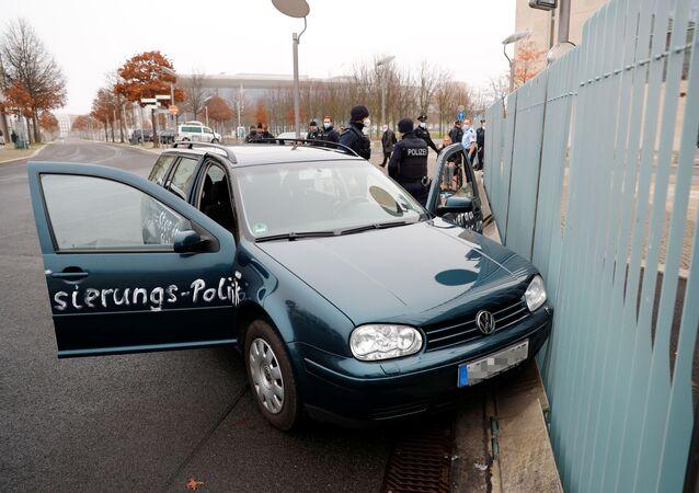 Automobil narazil do brány úřadu německé kancléřky Angely Merkelové